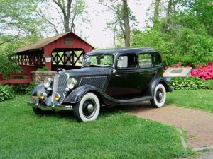 1933 Ford DeLuxe Sedan (owner: Larry & Debbie Keller)